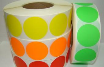 Etiquetas redondas em várias cores